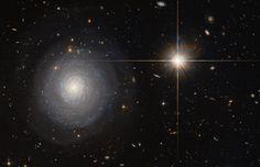 Una galaxia starburst de la izquierda y una estrella en nuestra galaxia de la derecha