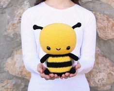 PATTERN: Cuddle-Sized Bumble Bee Amigurumi, Crocheted Honey Bee Pattern, Bee Toy Tutorial, PDF Crochet Pattern, Français, Deutsche