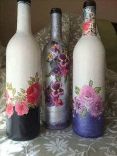 Resultado de imagem para how to fabric decoupage wine bottle Painted Glass Bottles, Glass Bottle Crafts, Jar Crafts, Diy And Crafts, Wine Bottle Corks, Altered Bottles, Bottle Painting, Pots, Google Search