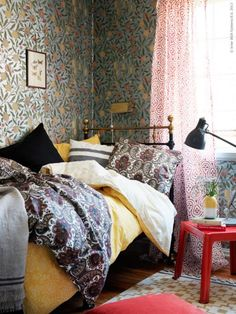 Do not be afraid of patterns in the bedroom, plastered all over the room!
