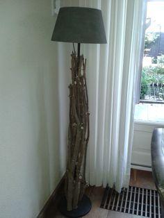 """Lamp """"bekleden"""" met snoeiafval."""