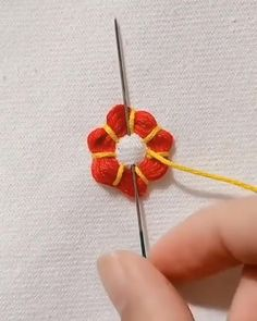 Hand Embroidery Patterns Flowers, Basic Embroidery Stitches, Hand Embroidery Videos, Embroidery Stitches Tutorial, Simple Embroidery, Hand Embroidery Designs, Beaded Embroidery, Wool Applique Patterns, Creative Embroidery