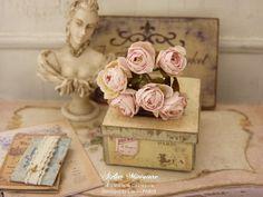 Bouquet de SIX roses miniatures, Fleurs en papier, Fabrication 100% artisanale, Accessoire de décoration, Maison de poupée, Échelle 1/12 by AtelierMiniature on Etsy