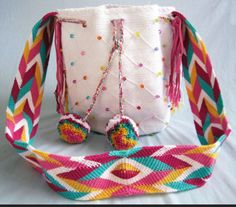 how to make a mochila wayuu ile ilgili görsel sonucu Mochila Crochet, Tapestry Crochet Patterns, Potli Bags, Tapestry Bag, Fabric Bags, Cute Bags, White Beads, Knitted Bags, Crochet Accessories