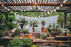 Uso de folhagens e materiais alternativos podem ajudar para uma decoração de casamento simples, sem perder a elegância e romantismo