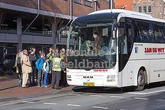 touringcar staat klaar om de toeristen te vervoeren