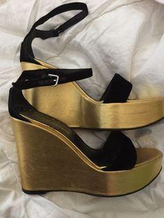 YSL Rive Gauche gouden wig avond schoenen - prachtige  Goud metallic wig met fluweelzwart bandjes.Europese grootte 37 en een Verenigd Koninkrijk 4.5Ondanks hun hoogte ze zijn ongelooflijk comfortabel en hebben een WOW-factor.Versleten alleen een paar keer als ze zo speciaal.Uitstekende conditie super prachtige schoenenMet een zwarte jurk ze gewoon ziet er absoluut geweldig12 cm wig hiel3 cm platformVerzenden bijgehouden en ondertekend voor  EUR 55.00  Meer informatie