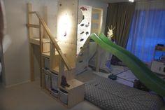 Ikea Trofast Regal mit einer Kletterwand und Rutsche verbunden