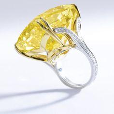 Редкий ярко-желтый алмаз в кольце от Графф, известный как «Графф ярко-желтый»