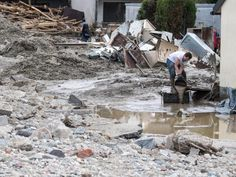 Erfolgreiche Schatzsuche nach der Flut: Ein 81 Jahre alter Mann hat nach dem Hochwasser im niederbayerischen Simbach am Inn eine Geldkassette mit mehreren Tausend Euro tief in der Erde wiedergefunden.
