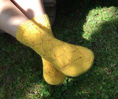 Toiset syksyn sukat ovat Mandariinit-keltaiset pitsisukat. Saavat pitsineuleisiin keskittyneetkin jotain tekemistä. Lankana on Järbon Mellanraggi. Socks, Fashion, Moda, Fashion Styles, Sock, Stockings, Fashion Illustrations, Ankle Socks, Hosiery