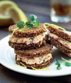Små lækre hapsere, der er perfekte til frokostbordet eller en god brunch. Rugbrød smager ekstra godt, når det ristes på en pande, til overfladen er sprød