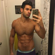 Good morning #PHans! Been a while since I posted a morning bathroom selfie. It's all about the lighting. Uncropped version is on my Twitter @pablohernandez7 #doyouevenlift #pablohernandez #nofilter #morning #bathroom #selfie #andrewchristian #trophyboy