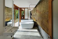 The cliff face actually comes into this bathroom in Cliff Face House by Fergus Scott Architects with Peter Stutchbury Architecture, from the Houses Awards. Interior Design Blogs, Australian Interior Design, Architecture Design, Architecture Awards, Open Bathroom, Bathroom Wall, Bathrooms, Master Bathroom, Peter Stutchbury