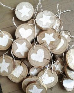 make with potato stamps? Decorate wood chips with paint or a sharpie pen and use them to make a rustic Christmas garland. This craft project is perfect for a natural Christmas. Rustic Christmas Ornaments, Wood Ornaments, Ornaments Ideas, Natural Christmas Decorations, Burlap Christmas, Outdoor Xmas Decorations, Redneck Christmas, Christmas Wreaths, Primitive Christmas