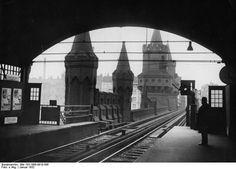 1932 U-Bahnhof Osthafen im Hintergrund die Oberbaumbrücke