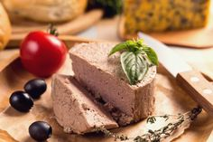French Meal The traditional meal normally includes food like crepes, couscous (a type of pasta), duck, pates, saucisson (dried sausage) and terrines. Duck Pate, A Food, Food And Drink, Duck Recipes, Game Recipes, Cranberry Cheese, Romanian Food, French Food, French Meal