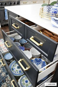 Organized kitchen drawers that are clutter-free, clean and beautiful! Tips for p. Organized kitchen drawers that are clutter-free, clean and beautiful! Tips for purging and getting your kitchen drawers organized once and for all! Kitchen Drawer Organization, Diy Kitchen Storage, Home Decor Kitchen, Interior Design Kitchen, New Kitchen, Home Organization, Kitchen Dining, Kitchen Layout, Dish Storage
