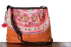 Particulièrement recherché pour son style harmonieux et ses couleur de l'automne, ce sac à main de