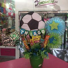 Creaciones D'encantos C.A.  (@dencantos) | Instagram photos and videos Candy Bouquet Diy, Diy Bouquet, Candy S, Ideas Para Fiestas, Party Gifts, Gift Baskets, Halloween, Crafts, Vintage