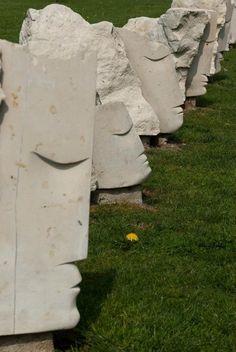 Escultura em pedra de Paulo Neves, na Universidade de Aveiro. Portugal -   Fotografia de Isabel Costa.