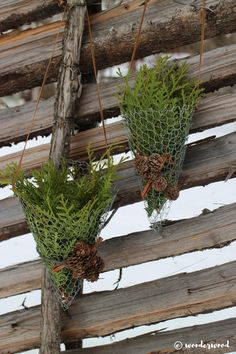Decorate your winter garden with rustic chicken wire cornets filled with anything you have by hand (in Norwegian and English) Christmas Tree Tops, Diy Christmas Ornaments, Outdoor Christmas, Rustic Christmas, Christmas Wreaths, Diy Xmas, Christmas Ideas, Chicken Wire Crafts, Deco Floral
