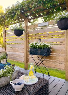 Lots of beautiful outdoor patio design ideas. I love this easy, wood privacy screen! / #patio #summerpatio #backyardpatio #patiofurniture #patiodecor #patiodesign Privacy Fence Designs, Outdoor Screens, Privacy Screen Outdoor, Wood Privacy Fence, Privacy Screens, Outdoor Patio Designs, Outdoor Projects, Wood Patio, Backyard Patio