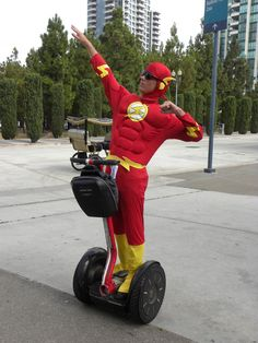 Character: The Flash (Barry Allen) / From: DC Comics 'The Flash' & 'Justice League' / Cosplayer: Unknown
