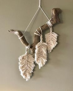 Wonderful Pics Macrame Patterns feather Strategies Discover everything you should recognize to create breathtaking macrame projects. Driftwood Macrame, Macrame Art, Macrame Projects, Driftwood Projects, Yarn Wall Art, Feather Wall Art, Macrame Wall Hanging Patterns, Macrame Patterns, Art Macramé