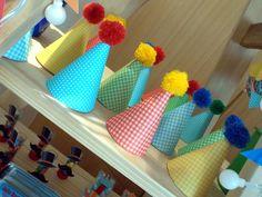 Cones que viraram chapéus de palhaço, estão recheados de balas de goma, o quarto personalizado completando a sacolinha de lembrancinhas dos pequenos.
