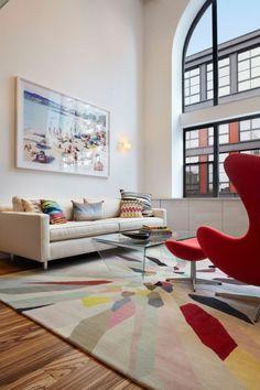 déco salon chaise rouge canapé blanc avec des coussins tapis sympa