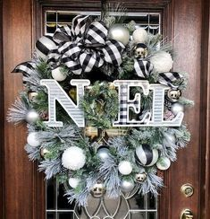 black and white plaid...Farmhouse Christmas decor ideas are right here!