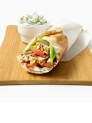 Verujemo da od letovanja u Grčkoj većini vas između ostalih stvari nedostaje i giros! Ako ste ljubitelj grčke kuhinje sigurni smo da niste propustile da probate ovaj nacionalni specijalitet koji po grčkim odmaralištima možete naći bukvalno na svakom ćošku! Pravi se od različitih vrsta mesa, ali nama je svakako omiljeni onaj od pilećeg. Prosto obožavamo tu sjajnu kombinaciju stino seckanog mesa, svežeg povrća i kremastih soseva - i to sve zapakovano u mekano tortilju! Ne može da ne valja! ...