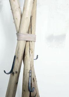 Hanger Coat Rack/hanger made out of sticks!Coat Rack/hanger made out of sticks! Into The Woods, Rustic Furniture, Diy Furniture, Wooden Coat Hangers, Diy Hangers, Coat Hooks, Diy Coat Rack, Ideias Diy, Diy Interior