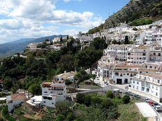 #SIERRA_DE_ MIJAS. En esta #ruta tendremos oportunidad de observar una panorámica inmejorable de toda la costa malagueña, así como disfrutar de impresionantes vistas sobre el valle del Guadalhorce y de los pueblos Alhaurín El Grande y Alhaurín de la Torre.La Sierra de Mijas es una cadena montañosa estratégicamente situada en el centro de la Costa del Sol. El punto más alto es el Pico Mijas 1.150 m., aunque destacan otros como Pico del Puerto Málaga, Jabalcuza y Jarapalos.