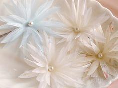 little flower pins. Handmade Flowers, Diy Flowers, Fabric Flowers, Blue Flowers, Paper Flowers, Flower Diy, Material Flowers, Types Of Flowers, Ribbon Crafts