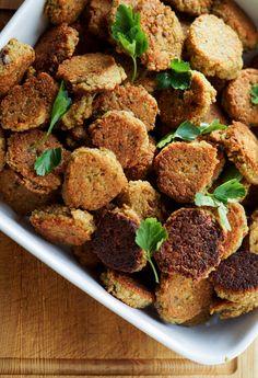 Hjemmelavede fantastiske falafler. Skønne falafler lavet med kikærter og en masse krydderier. Perfekte i pitabrød med dressing.
