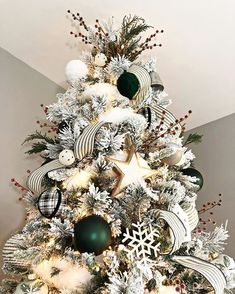 When it comes to decorating, my favourite part is the TREE. I love to create a beautiful Christmas tree. Here is the Ultimate christmas tree Inspiration! The Ultimate Christmas Tree inspiration. The best Christmas trees. Flocked Christmas Trees Decorated, White Christmas Trees, Christmas Tree Themes, Noel Christmas, Green Christmas, Christmas Wreaths, Christmas Tree With White Decorations, Best Christmas Tree, Farmhouse Christmas Trees