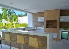 Com dimensões generosas, o gourmet conta com churrasqueira, frigobar com porta de vidro e o mesmo padrão de armários e bancadas da cozinha.