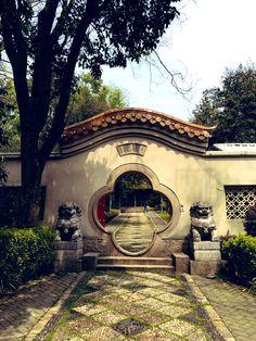 """昔南京にいた女 on Twitter: """"中国の庭園やお家のこういうの好きなんだけど、こいつの名前は何?なんと表現したらいいの?扉?壁?通路?穴?… """" Moon Gate, Chinese Architecture, Location History, Asia, Mansions, House Styles, Vehicle, Twitter, Garden"""
