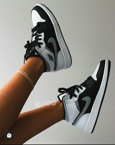 Moda Sneakers, Cute Sneakers, Shoes Sneakers, Air Jordan Sneakers, Cute Nike Shoes, Nike Air Shoes, Nike Shoes Outfits, Nike Air Jordans, Jordan Shoes Girls