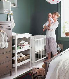 Camera da letto in stile tradizionale con angolo nursery