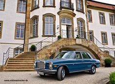 Mercedes 230.6 W114 im Münsterland auf dem Schloss Harkotten