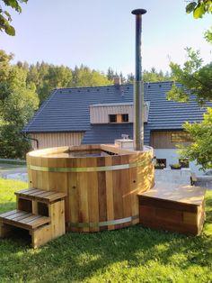 Zahradní Koupací sud HOT TUB Náš sud je řemeslně vyráběná káď zkvalitního dřeva různých velikostí, dle vašich požadavků. Báječný doplněk zahrady a celoroční koupání. stačí trocha dřeva a v zimě čepice na uši :) Celodřevěný sud z červeného cedru (western red cedar) průměr 180 cm V ceně je zahrnuto: hliníková kamna na tuhá paliva s velkou teplosměnnou... Shed, Outdoor Structures, Barns, Sheds