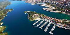 A város érdekessége, hogy – ugyan Rijeka és Split után itt van Horvátország harmadik legnagyobb kikötője – nem közvetlenül a tengerpartra épült: a šibeniki öblöt a keskeny Szt.Antal (Sv.Ante)‑csatornaköti össze a tengerrel