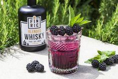 Der FINRIC Blackberry ist ein fruchtig-süßer Whiskycocktail für den 🌞 Sommer! 🥃 FINRIC Blended Whisky kombiniert mit frischen Beeren ist ein wahrer Traum! Whisky Cocktail, Blended Whisky, Cocktails, Cold Brew, Coffee Bottle, Blackberry, Brewing, Food, Blackberries