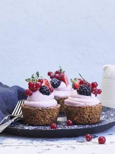 Nøddekager med jordbærskum og bær Baking Recipes, Cake Recipes, Snack Recipes, Dessert Recipes, Danish Dessert, Danish Food, Strawberry Desserts, Fun Desserts, Naked Wedding Cake