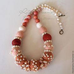 Купить Войлочные бусы с жемчугом и розовым кораллом (жемчуг, коралл, опал) - розовый, бусы