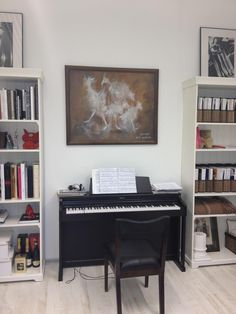 I have been wanting to get back into piano for a bit... I wasn't terrible for a 12/13 year old and I like keeping up on sight reading music. Piano Living Rooms, Small Living Rooms, Living Spaces, Condo Living, Apartment Balcony Decorating, Apartments Decorating, Piano Room Decor, Music Corner, Reading Music