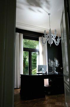 Night Watch. Lámpara de techo con dos láminas en chapa. Una manera mística y misteriosa de interpretar una lámpara tradicional.